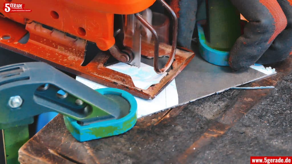 Blech mit der Stichsäge schneiden geht sehr gut. Einfach den Pendelhub ausstellen und los.