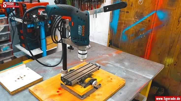 Bohrständer, auf dem ein Kreuztisch montiert wurde für leichte Fräsarbeiten