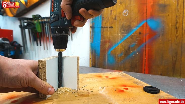 Eine kleine Vorrichtung vereinfacht das senkrechte Bohren.