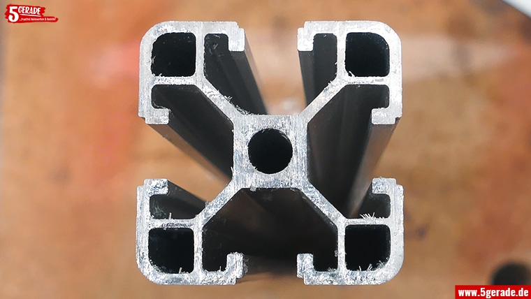 Konstruktionsprofile aus Aluminium mit der Stichsäge sägen.